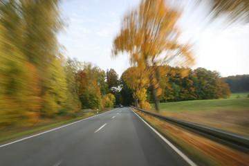 Mit Höchstgeschwindigkeit auf der Landstraße