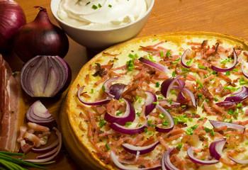 pizza mit speck und zwiebeln