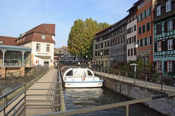 Bateau-mouche à l'écluse de la Petite France, Strasbourg