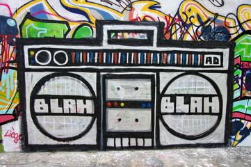 Blah, Blah, radio graffitée sur un mur, Berlin, Allemagne.