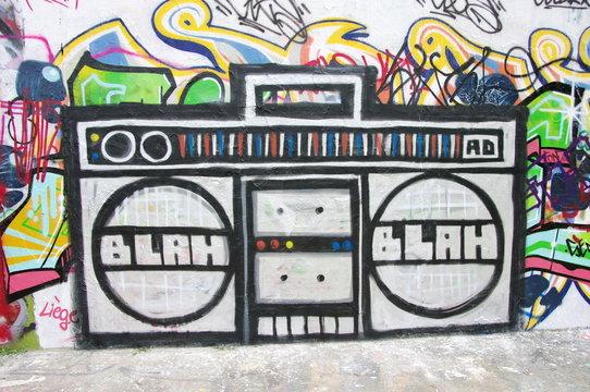 Baster machine, radio géante taguée sur un mur, Berlin.