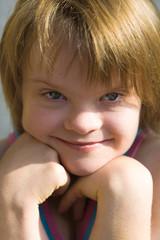 portrait d'une enfant trisomique