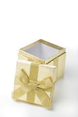 Eine gold glänzende Schachtel