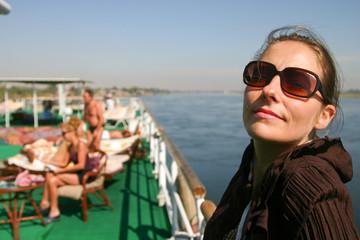 femme heureuse sur le pont du bateau