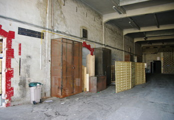 Intérieur de local industriel.
