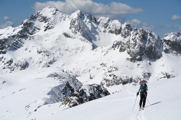 Skieuse devant le Mont Bégo