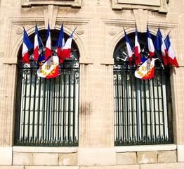 Fenêtres ornées de drapeaux tricolores. France.