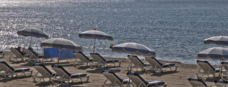 plage transats parasols bleus pano