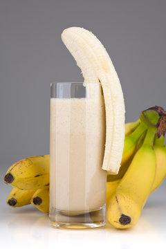 Glas mit Cocktail und Bananen