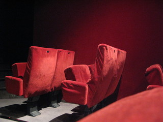 Fauteuil rouge de slle de cinéma.