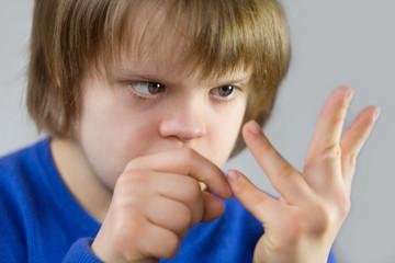 fille trisomique comptant sur ses doigts