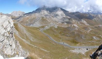 paysage en vue panoramique des lacets du col agnel, alpes