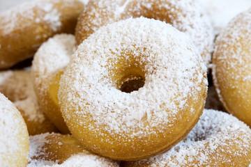 Donuts mit Puderzucker