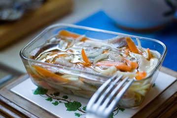 image filets de hareng à l'huile avec ses carottes et oignons
