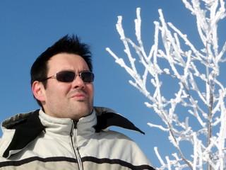 Junge Mann am Schnee