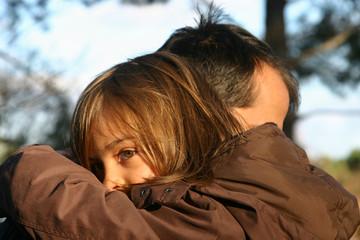 père réconfortant sa petite fille