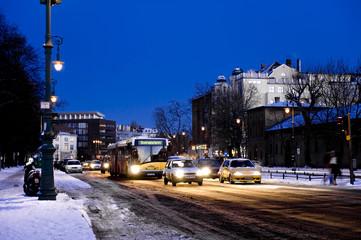 Verkehr auf der Hauptstrasse im Winter.