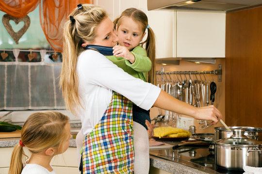 Hausfrau mit Kindern hat jede Menge Stress