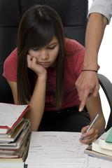 Nachhilfe, Lehrer hilft Studentin