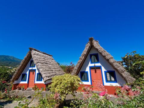 Strohhütten auf Madeira