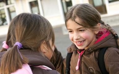 fillette joyeuse dans la cours de récré