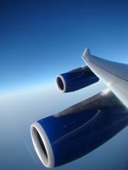 réacteurs et aile d'avion en plein vol