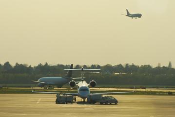 Flughafen - Flugzeug auf Vorfeld