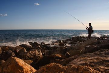 Einsamer Angler Mittelmeer Lirgurien Italien