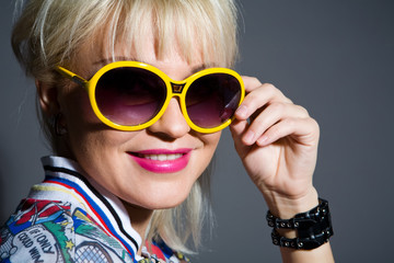 Fashion portrait of lovely woman in sunglasses