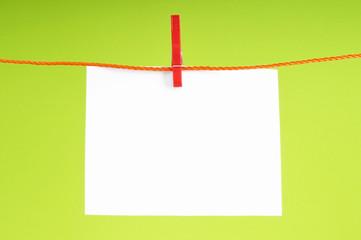 Blatt Papier an einer Wäscheleine