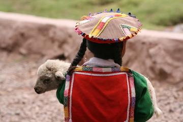 Indio-Mädchen mit Lämmchen