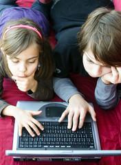 enfants tapant sur le clavier de l'ordinateur