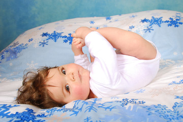 bébé avec un regard coquin.