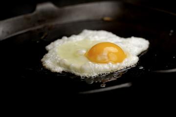 Deurstickers Gebakken Eieren Spiegelei von der Seite - fried egg side