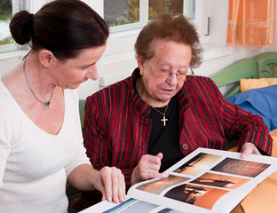 Seniorin blättert in Fotoalbum