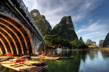 Zelfklevend Fotobehang Guilin Bamboo raft on the Li river