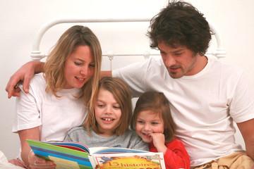 famille lit livre