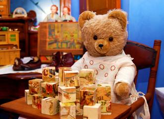 Teddy spielt im Kindersitz