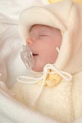 bébé dormant avec chiffon
