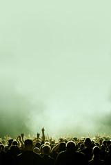 mint-gruenes Konzert und Menschen