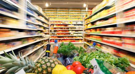 Einkaufswagen mit Obst Gemüse Lebensmittel in Supermarkt