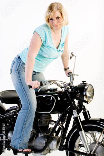 h bsche frau auf altem motorrad stockfotos und lizenzfreie bilder auf bild 12351865. Black Bedroom Furniture Sets. Home Design Ideas