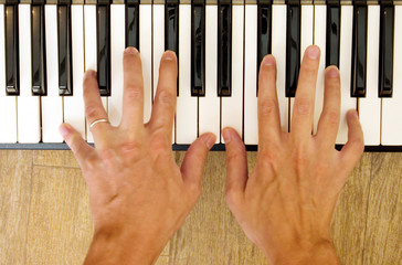 hands and piano