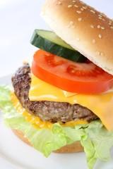 Cheeseburger mit  Tomate, Salat und Gurke