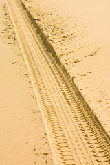 trace de pneu dans le sable