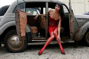 Foto op Textielframe Rood, zwart, wit girl in retro car