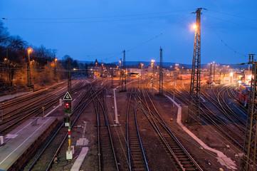 Bahngleise bei Nacht