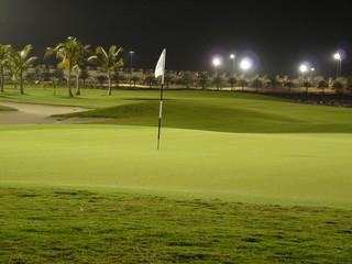 Abschlag Al Hamra Golf Resort bei Flutlicht Dubai RAK UAE