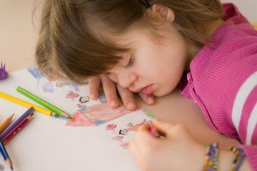 jeune fille trisomique dessinant