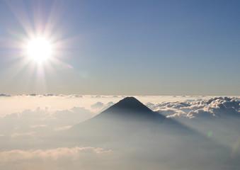 Perfekter Vulkankegel in Wolken, Vulkan Agua, Guatemala